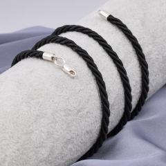 Кожаные и шелковые шнурки с серебряным карабином