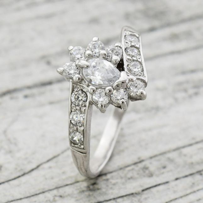 Кольцо серебряное П1432 женское Мариолка вставка красные фианиты