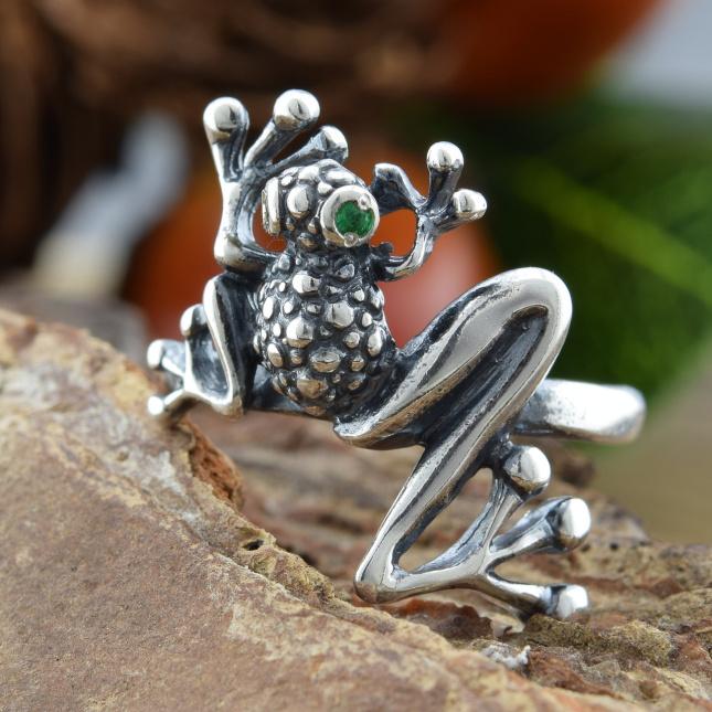 Кольцо серебряное женское Лягушка вставка зеленые фианиты вес 3.3 г размер 19