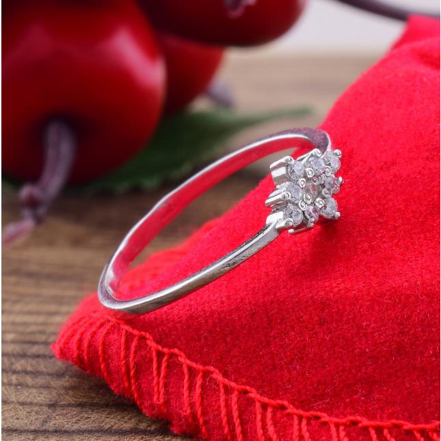 Кольцо серебряное женское Небесная роса вставка белые фианиты вес 0.8 г размер 19