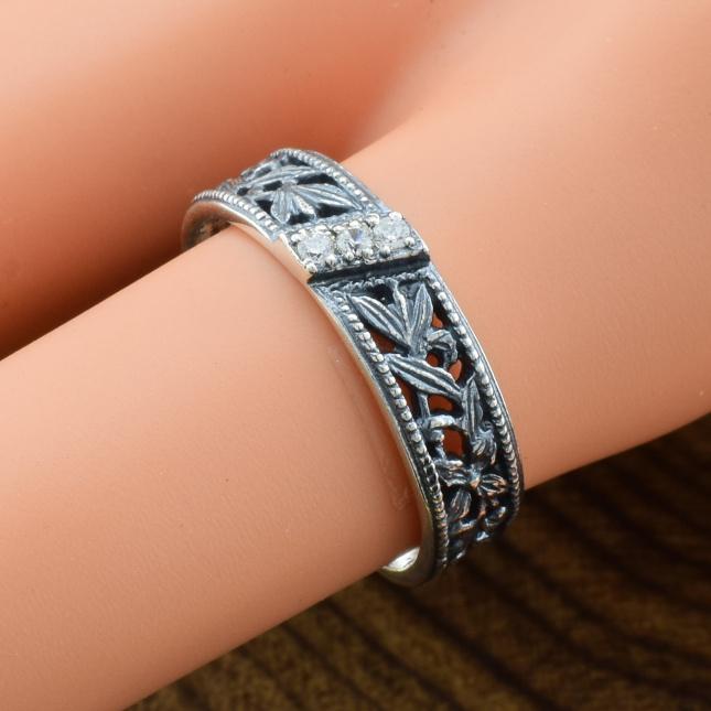 Кольцо серебряное женское Берегиня вставка белые фианиты вес 3.0 г размер 22