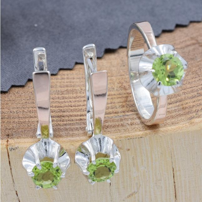 Срібний набір з натуральними хризолітами кільце розмір 18 + сережки 24х9 вставка натуральний хризоліт