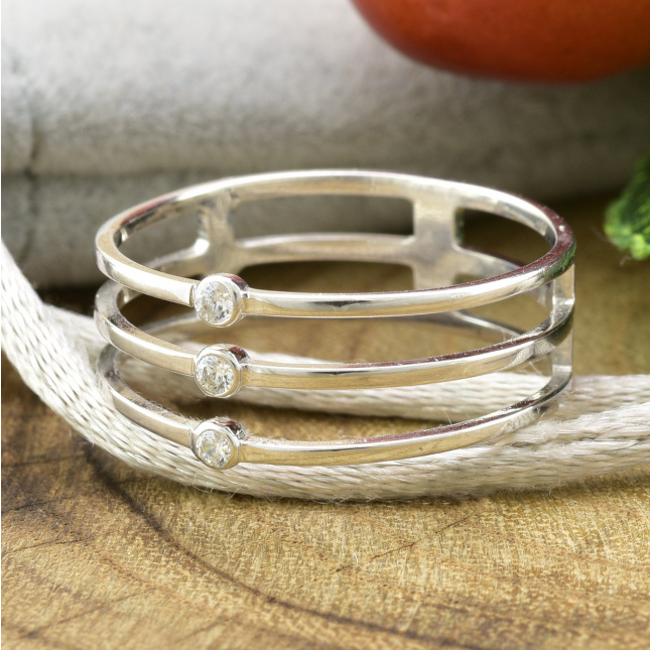 Кольцо серебряное женское БС1281 вставка белые фианиты вес 1.5 г размер 16