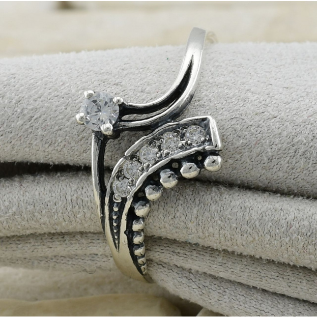 Кольцо серебряное женское Изысканность вставка белые фианиты вес 1.61 г размер 17