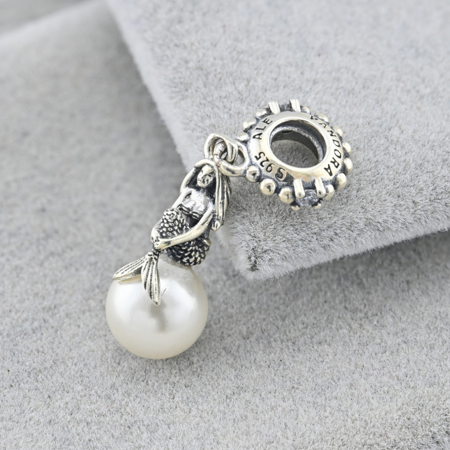 Срібний шарм ТС580722б 28х8 мм вставка білі фіаніти штучні перли вага 2.7 г